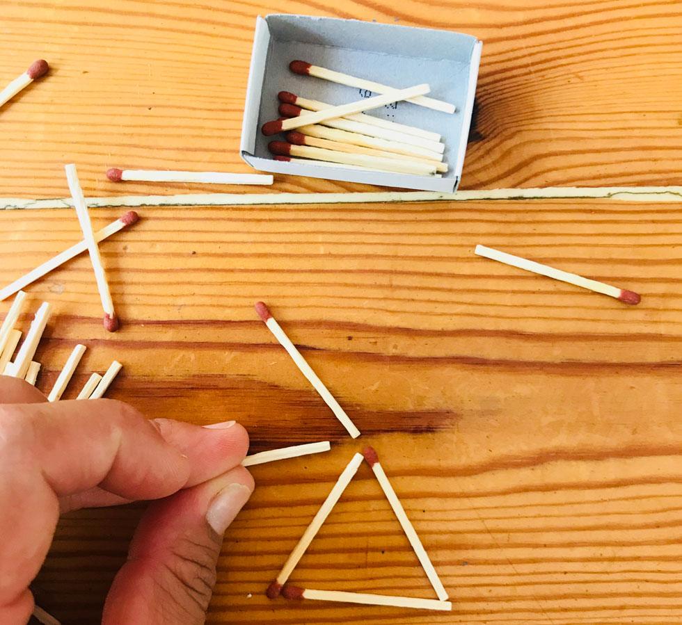 מזיזים את הגפרורים כל הזמן כדי להגיע לתשובה הנכונה, ודרך ההזזה מגיעים לפתרון (צילום: מגזין חלבלובון)