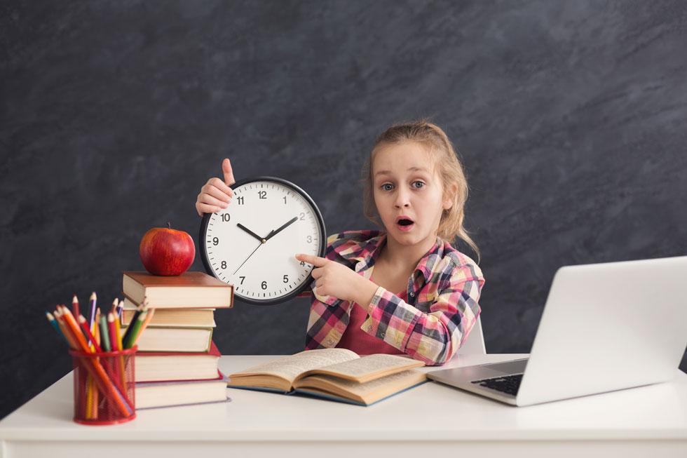 """ילדי היסודי מצליחים יותר במבחנים שנערכים בבוקר, תלמידי תיכון וסטודנטים נוטים להיות """"ינשופים"""" ולכן עבורם שעות הריכוז האידיאלי מאוחרות יותר (צילום: Shutterstock)"""