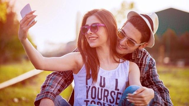 זוג עושה סלפי (צילום: Shutterstock)