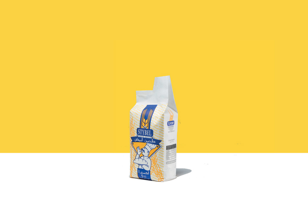 האם יש מוצר יסוד יותר יסודי משקיק קמח במשקל אחד קילוגרם? האם הקמח מוכרח להתעופף ממנו בשלב כזה או אחר? בפתרון פשוט, טל שוטנפלס יצרה משפך (באדיבות טל שוטנפלס)