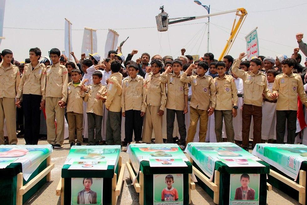 הלוויות הילדים שנהרגו באוטובוס בהפצצה של סעודיה סעדה תימן (צילום: AFP)