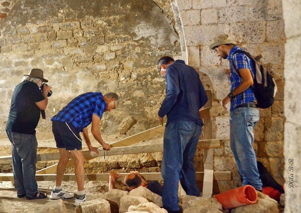 הארכיאולוגים וגלר בוחנים את מפעל המסבנה בעת שהוא מתגלה (צילום: דלילה בר רצון)