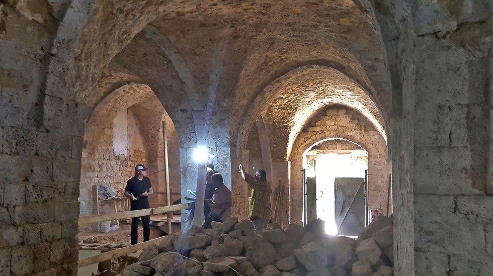 המסבנה נחשף מתחת לערימת אבנים וזבל (בתמונה) שפונתה ממתחם המוזיאון (צילום: דלילה בר רצון)