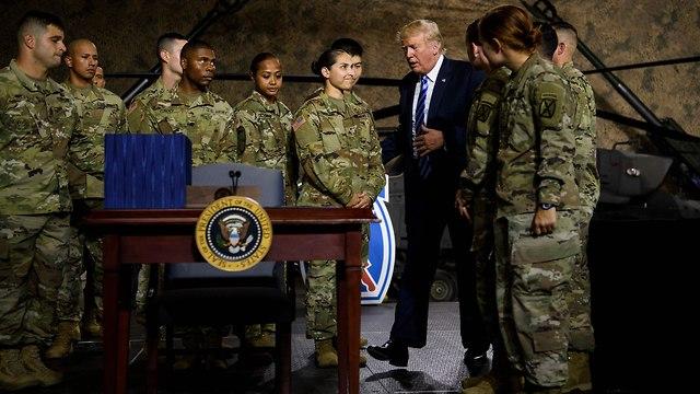 טראמפ עם החיילים (צילום: AFP)
