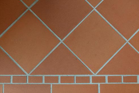 אריח טרה-קוטה. לא חומר שכיח באדריכלות הישראלית (צילום: גדעון לוין)