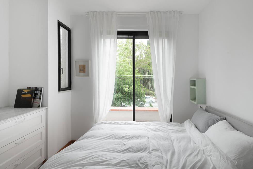 בהמשך הדירה חדר אירוח המיועד ליולדות, מרוהט בלבן, ויש לו חדר רחצה פרטי ומרפסת קטנה. בממ''ד הסמוך יש חדר טיפולים (צילום: גדעון לוין)