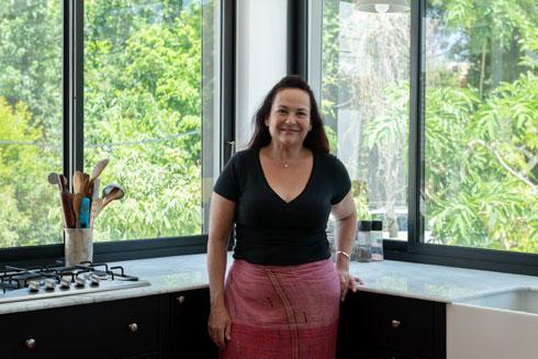 חגית כהן-ראמי בביתה החדש. ''יש ממש הקבלה בין תכנון ושיפוץ דירה לבין הריון ולידה'' (צילום: גדעון לוין)