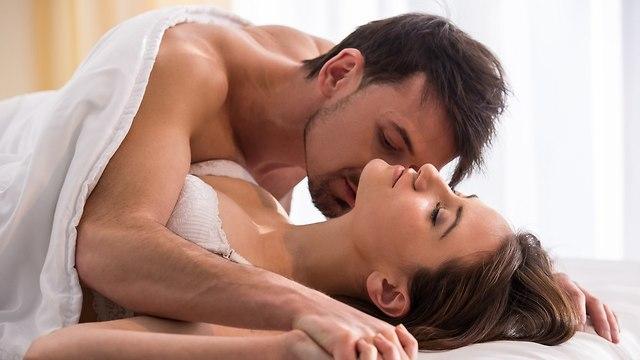 זוג שוכב יחד במיטה (צילום: Shutterstock)
