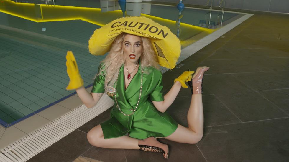 """""""מצדי שהדברים שאני לובשת יהיו במספר מקומות, זה לא מפריע לי"""". עם הכובע של ינקי גוליאן (צילום: דניאל קמינסקי)"""