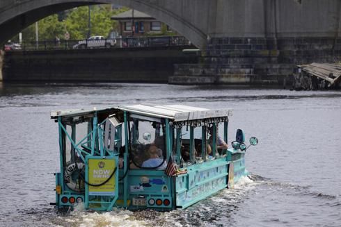 רכב אמפיבי, שנוסע ושט ברחבי העיר. הילדים מוקסמים (צילום: Felix-Mizioznikov/Shutterstock)
