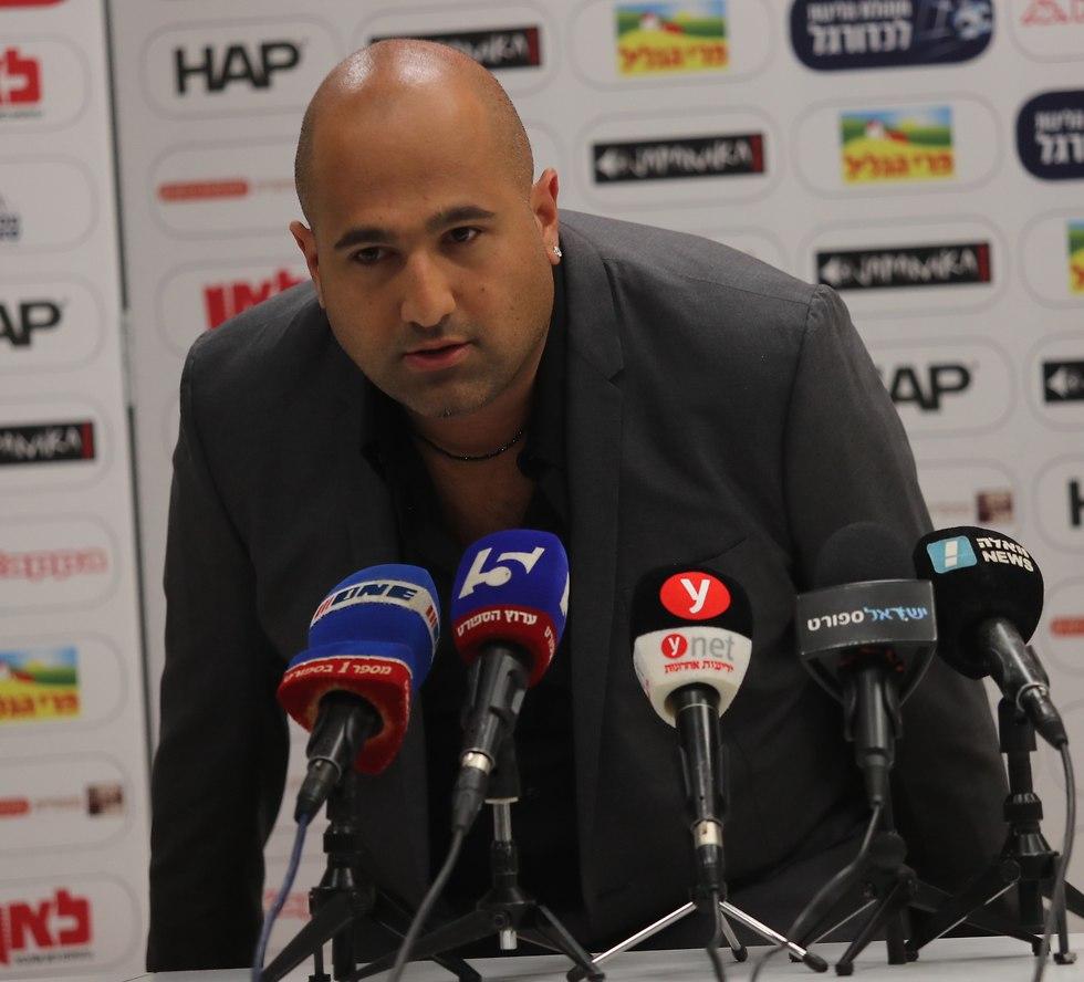 ברק אברמוב במסיבת עיתונאים (צילום: אורן אהרוני)