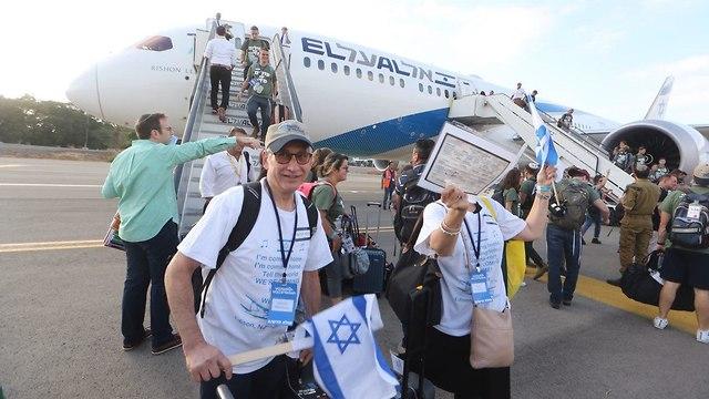 Прибытие репатриантов в Израиль . Фото: Моти Кимхи