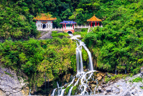 מקדשים מסוגים רבים ברחבי האי (צילום: Shutterstock)