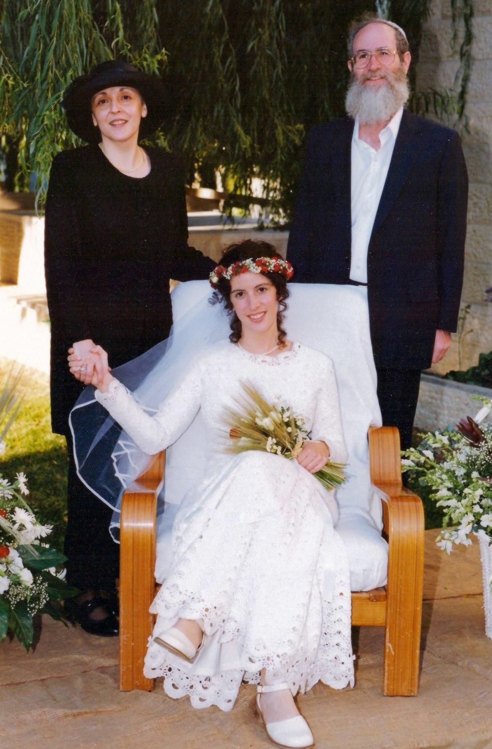 עם אבא ואמא בחתונה (צילום: ברוך גרינברג)
