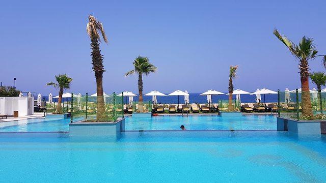 בריכת המלון מול החוף הפרטי (צילום: אלי סניור)