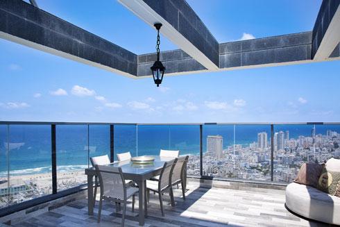 """המקום להירגע: """"במרפסת הפונה לקו הרקיע של תל אביב ולחוף הים"""" (צילום: ענבל מרמרי)"""