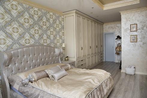 """""""אין לי חדר ארונות, אבל כמעט כל הארונות בחדר השינה הם שלי"""" (צילום: ענבל מרמרי)"""