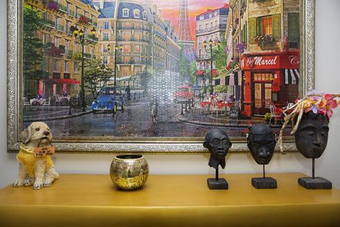 """""""בהשוואה לבית הנוכחי, הבית הקודם שלנו היה הרבה יותר מוזהב - אפילו הספות היו בצבע זהב"""" (צילום: ענבל מרמרי)"""