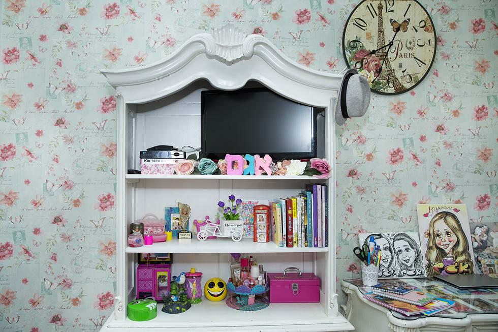 """""""לכל ילד ניתנה האפשרות לעשות בחדר שלו מה שהוא רוצה"""". החדר של אגם בת ה-10 (צילום: ענבל מרמרי)"""