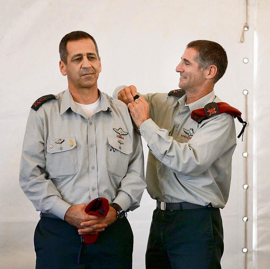 """גולן (מימין) וכוכבי בטקס חילופי מפקד פיקוד הצפון. """"היחסים ביניהם מצוינים"""""""