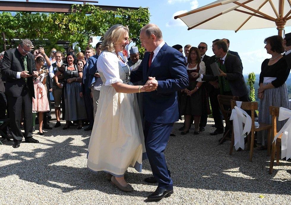 ולדימיר פוטין ב חתונה של שרת החוץ של אוסטריה קרין קנייסל (צילום: רויטרס)