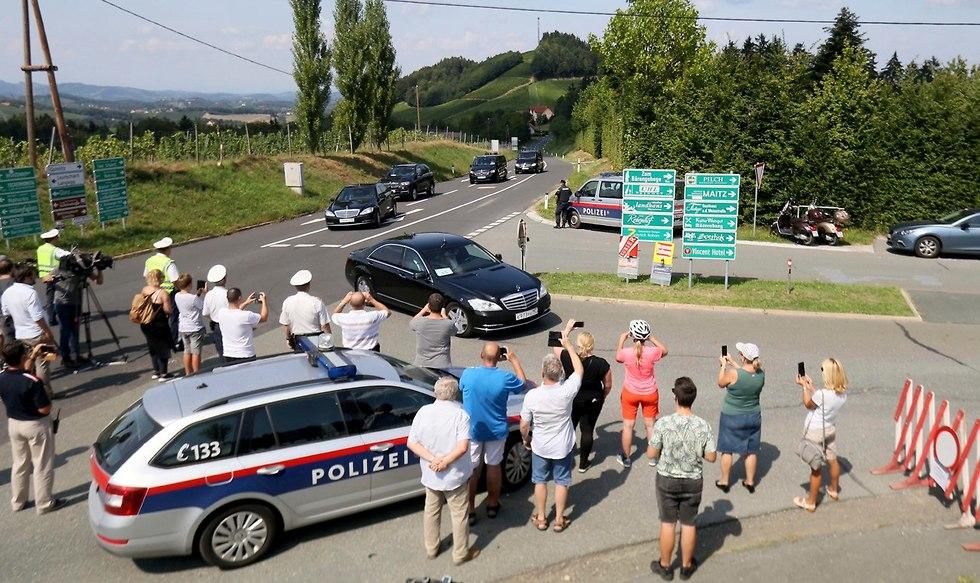 ולדימיר פוטין מגיע ל חתונה של שרת החוץ של אוסטריה קרין קנייסל (צילום: AP )