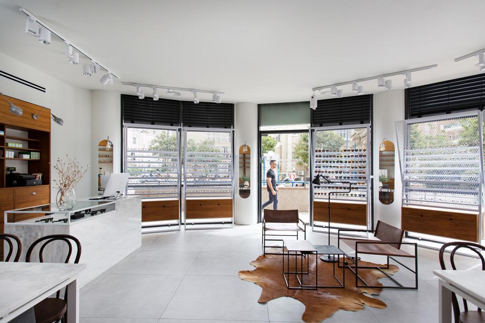 הבקשה העיקרית של בעלי ''רייזר אופטומטריה'' מהאדריכלים אלברט אסקולה ותום שקד הייתה להיראות היטב מהרחוב הנתנייתי ולהכניס פנימה אור (צילום: שירן כרמל)