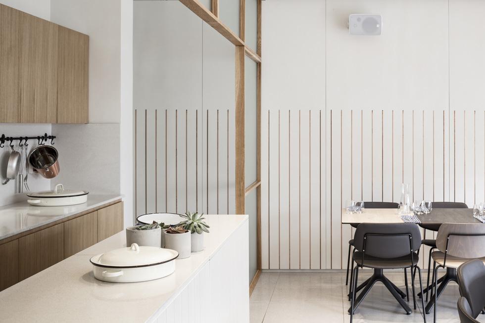 בקירות שולבו סרגלי נחושת, חומר ש''מגיע מעולם המטבח והבישול, אך נתנו לו צורה חדשה'' (צילום: עמית גרון)