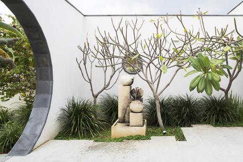 המזרקה. האלמנטים נבחרו בהשראת הפילוסופיה והאדריכלות הסיניות (צילום: מיקאלה בורסטו)