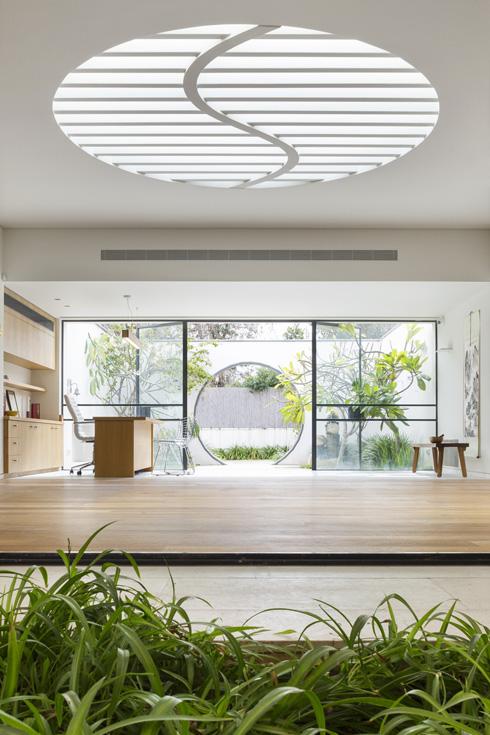 חלון סקיי-לייט בצורת ין ויאנג (צילום: מיקאלה בורסטו)