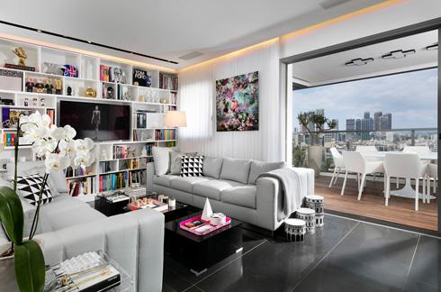הסלון והמטבח מרווחים יותר, בזכות הוויתור על חדר (צילום: אלעד גונן)