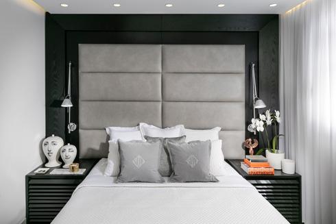 הקיר בגב המיטה רופד בעור, עם מסגרת עץ אלון שחורה (צילום: אלעד גונן)