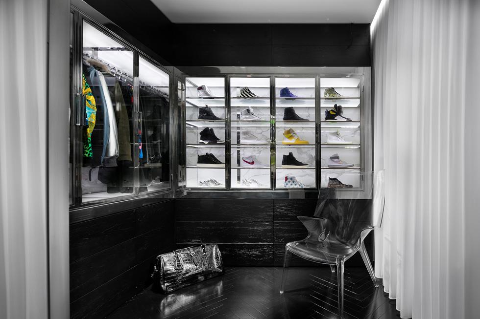 הממ''ד הפך לחדר ארונות, שעוצב כמו חנות בוטיק. ארונות שקופים מציגים לראווה מעילים ונעלי מעצבים. ''חדר הארונות היה כמו פרויקט בפני עצמו'', אומר מילשטיין (צילום: אלעד גונן)