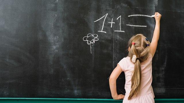 ילדה כותבת על הלוח (צילום: אילוסטרציה)