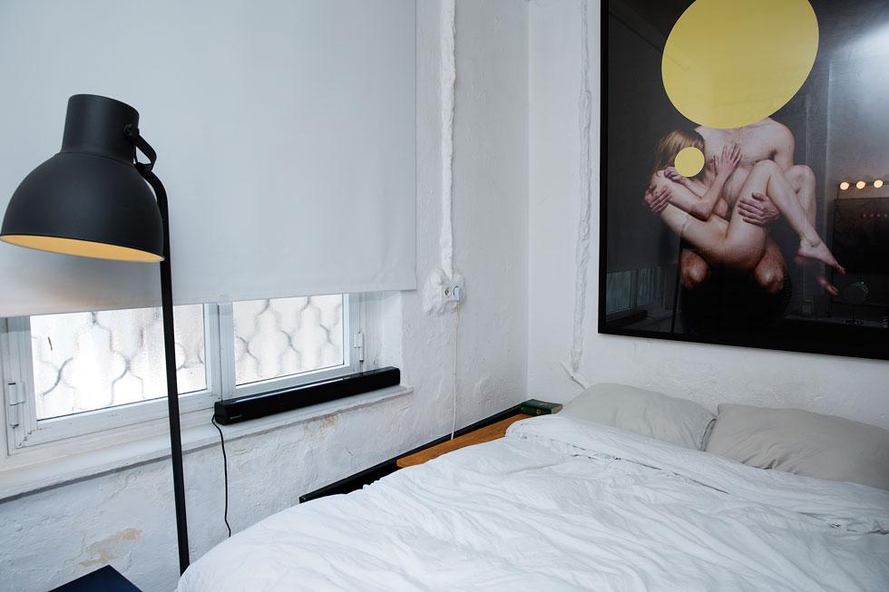 """""""גדלתי לזוג הורים שהלכו לסטודיו שלהם בחוצות היוצר בירושלים כל בוקר מעשר עד שש, ואז חזרו הביתה. זה הכעיס אותי, כי זה אומר שאני צריכה לסיים בשעה מסוימת את הדברים שאני אוהבת לעשות. אני רוצה רק לעבוד, לעבוד ולעבוד. בשבילי זה החיים"""". חדר השינה (צילום: ענבל מרמרי)"""
