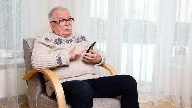 בית משפט קבע אי אפשר לשלוח צוואה ב SMS טלפון נייד זקן (צילום: shutterstock)