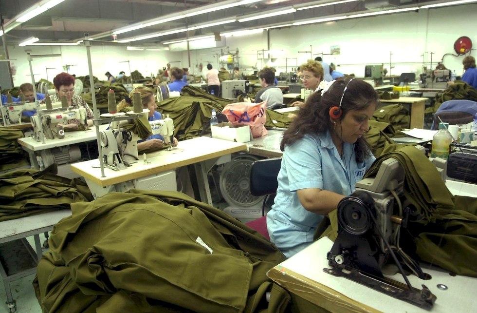 עובדות במפעל