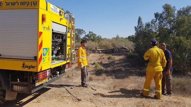 Firefighters near Kibbutz Be'eri (Photo: Charlie Mor Yosef)