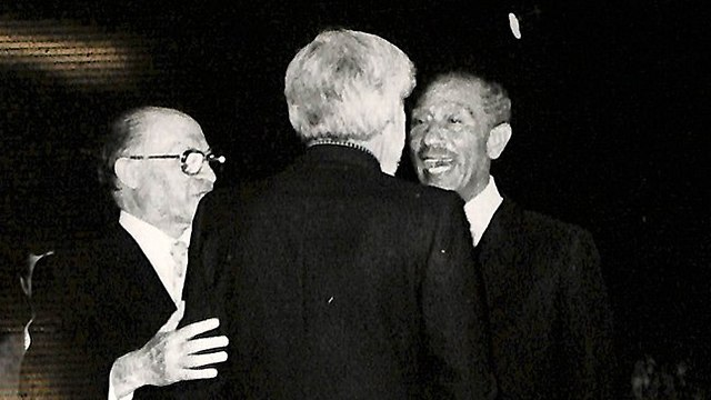 Avnery with Egyptian President Anwar Sadat and PM Menachem Begin (Photo: Gil Razin, National Library)