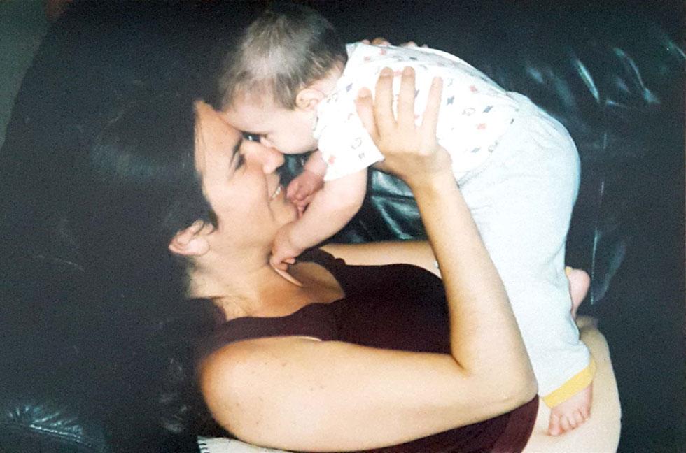 """עם בתה הבכורה, עונג. """"אמו של איציק נכחה בלידה"""" (צילום: אלבום פרטי)"""