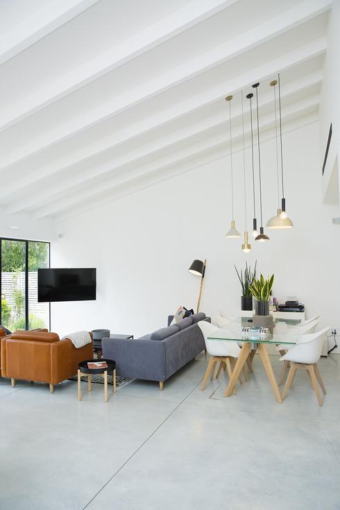 """""""עיצוב הבית זה תהליך אמוציונלי, עמוק ואישי, ולמרות שלאירה יש סגנון אחר משלי, היא ידעה איך להכיל אותי ולתרגם את החלום שלנו למציאות בצורה מאוד הרמונית"""" (צילום: ענבל מרמרי)"""