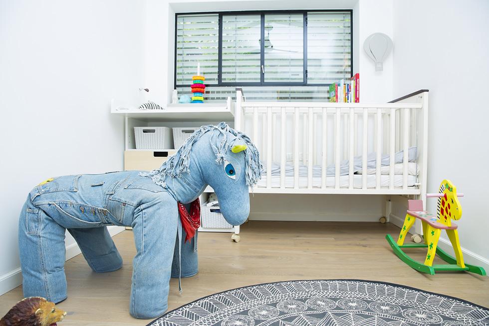 חדר השינה של התינוק יפתח, בן שנה ושבעה חודשים  (צילום: ענבל מרמרי)