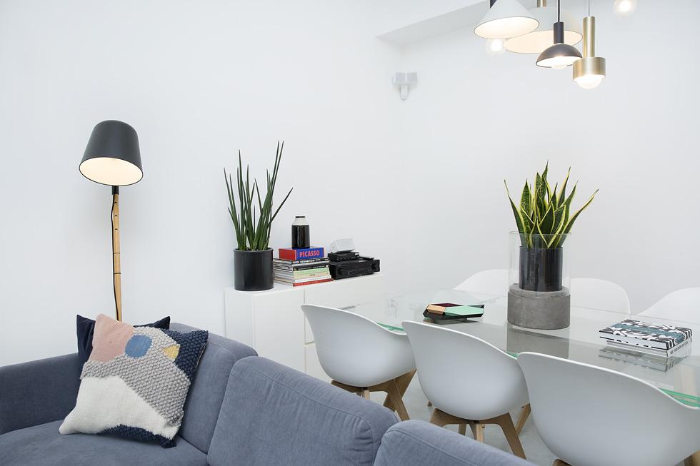 ייבוא אישי מחברת BoConcept הדנית: הספה האפורה והכורסאות בסלון, פינת האוכל המורכבת משולחן זכוכית וששה כיסאות לבנים עם רגליים מעץ  (צילום: ענבל מרמרי)