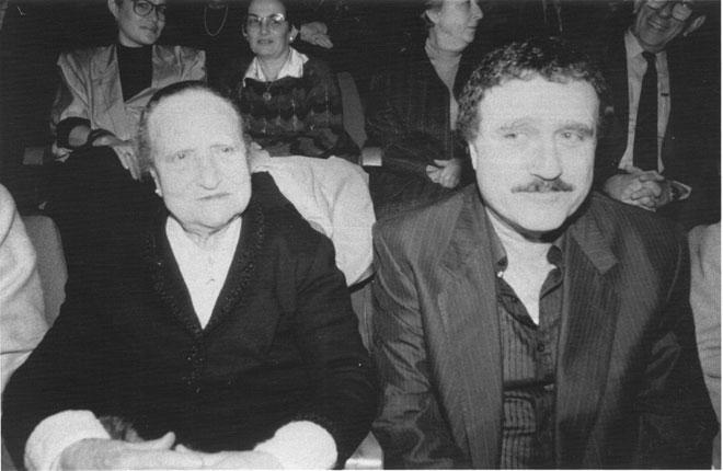 """יהורם גאון עם אמו שרה ז""""ל, 1989. למד להעריך את החינוך הקפדני והנוקשה (צילום: צביקה טישלר)"""