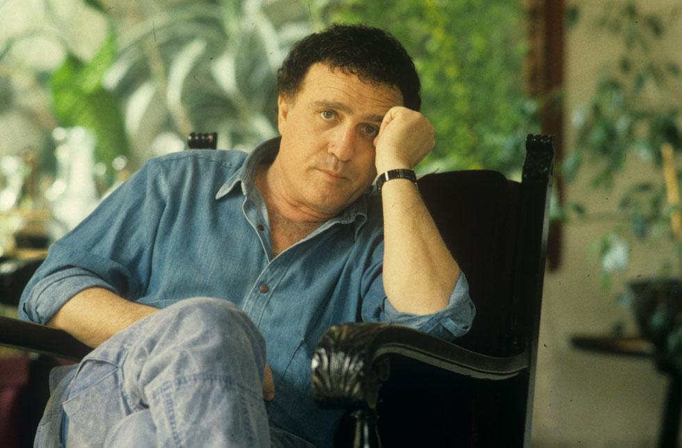 גאון בביתו שברמת השרון, 1986. למטה: גאון קורא את המכתב של אביו בהופעה (צילום: שלום בר טל)