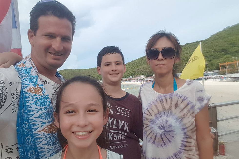 מיהו ודניאל והילדים: נועם ואמה. ההורים הכירו לפני 20 שנה בתאילנד כשמיהו הגיעה מיפן לחופשה שם ודניאל היה בדרך ללימודים בסין (צילום: באדיבות משפחת בק)