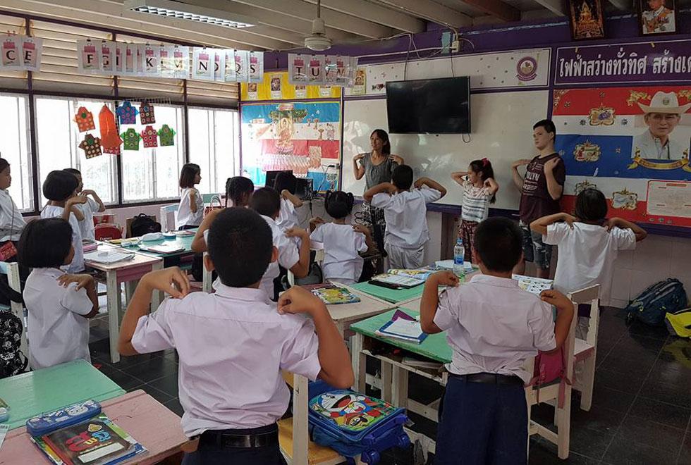 """נועם (14): """"לא הבנתי למה אני צריך לעבוד במהלך החופשה לבר המצווה שלי. תכננו לצאת לקרוז בים התיכון ופתאום אנחנו נוסעים לתאילנד, להפוך למורים לאנגלית בבית ספר"""" (צילום: באדיבות משפחת בק)"""