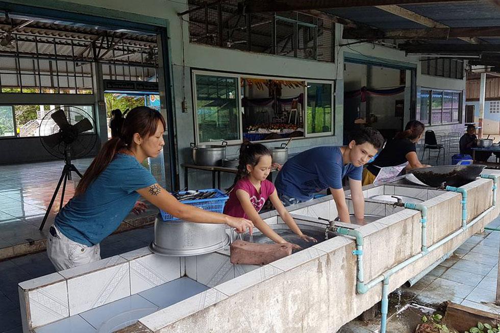 """מתנדבים במטבח בבית הספר. מיהו: """"כשחזרנו לארץ פתאום הילדים ערכו את השולחן, פינו את הכלים, הציעו עזרה במטלות הבית"""" (צילום: באדיבות משפחת בק)"""