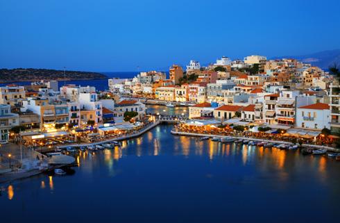 איוס ניקולאוס. העיירה המרכזית באחד המפרצים הכי יפים של האי (צילום: Shutterstock)