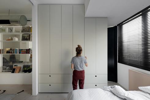מאחורי הארון בחדר ההורים נמצא חדר הרחצה הזוגי, ומכונות הכביסה והייבוש (צילום: גדעון לוין)